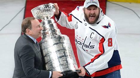 Ovetshkinista tuli kaikkien aikojen ensimmäinen NHL:n venäläiskapteeni, joka pääsi nostamaan Stanley Cupin käsivarsilleen.