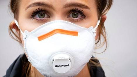 Ilman aerosolihiukkasia tehokkaasti suodattava FFP3-hengityssuojain istuu käyttäjänsä kasvoille yleensä tiiviimmin kuin esimerkiksi kirurginmaski.