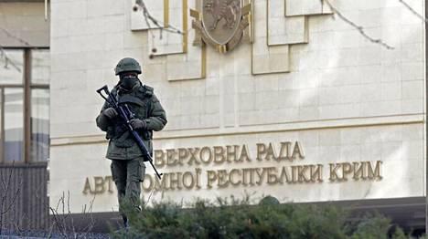 Tunnistamaton aseistautunut mies kuvattuna Krimin autonomisen alueparlamentin rakennuksen edessä maaliskuun 1. päivänä.