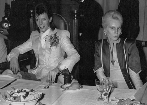 David Bowie ja hänen vaimonsa Angie Lontoon Cafe Royalissa vuonna 1973.