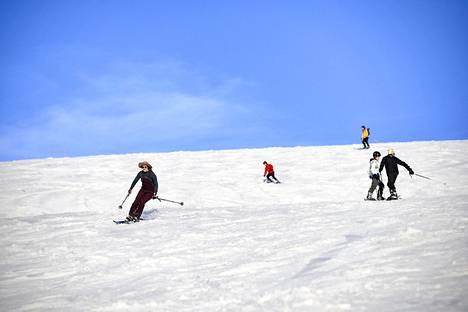 Britannia on keskeinen Lapin matkailumarkkina, ja sen lisäksi kysyntää on Ranskassa, Hollannissa ja Saksassa. Laskettelijoita Saariselän hiihtokeskuksessa kesäkuussa.