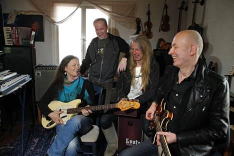 Noitalinnan Huraa! -yhtye eli Sari Peltoniemi, Reijo Kärhä, Hannu Sepponen ja Antti Tammela.