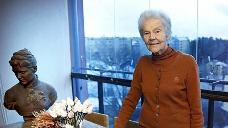 Märtä Tikkasella on parvekkeellaan Ville Valgrenin tekemä veistos Henrik Tikkasen isoäidistä.