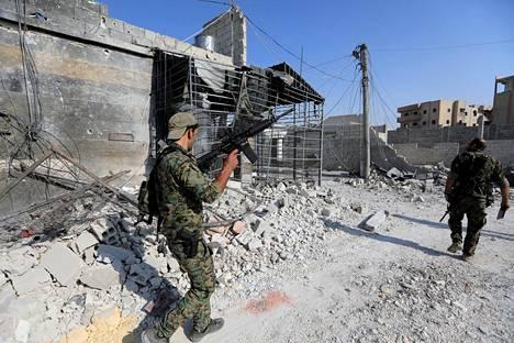 Yhdysvaltain tukemat SDF-joukot partioivat Raqqan esikaupungissa.
