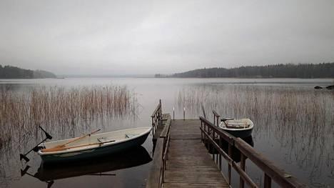 Saimaa Lakeside -lomakylän soutuveneet ovat jääneet laituriin kellumaan.