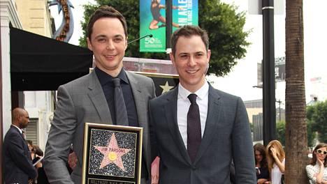 Jim Parsons (vas.) sai tähden Hollywoodin Walk of Fame -kävelykadulle vuonna 2015, vieressä Todd Spiewak.