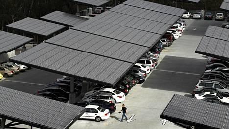 Aurinkopaneeleita parkkialueella San Diegossa, Kaliforniassa.