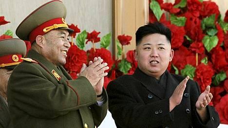 Näin iloisesti sotilasjohtaja Ri Yong-ho (vas.) ja Pohjois-Korean suuri johtaja Kim Jong-un hymyilivät yhdessä vielä helmikuussa.