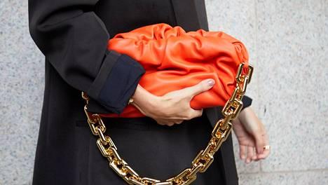 Muodikas käsilaukkuvalinta on tänä vuonna esimerkiksi pehmeän pussukkamainen ja kettinkihihnainen.