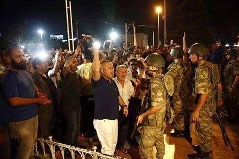 Taksimin aukiolle kokoontuneet kansalaiset olivat presidentti Erdoganin kannattajia. Armeija käytti aseita väkijoukon hajoittamisessa.