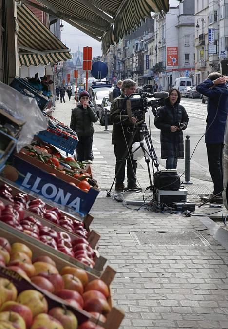Poliisien ja sotilaiden lisäksi Schaarbeekin kaduilla on nähty runsaasti tiedotusvälineiden edustajia.