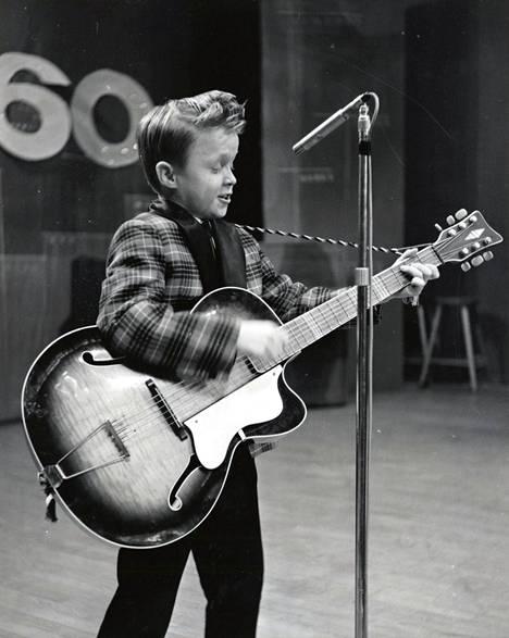 Pieni mies ja kitara.
