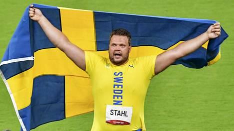 Daniel Ståhl riemuitsi olympiakullasta Tokion Olympiastadionilla lauantaina.