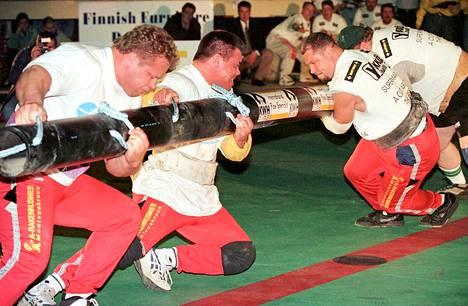 Riku Kiri ja Jouko Ahola vastassaan Islannin Magnus Ver Magnusson ja Tor fi Olafsson Vaasassa järjestetyissä voimamiesten kilpailuissa toukokuussa 1997.