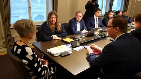 Valtakunnansovittelija Vuokko Piekkala (vas.), PAU:n puheenjohtaja Heidi Nieminen (2.vas.) ja Palta ry:n toimitusjohtaja Tuomas Aarto (oik.) jatkoivat postilakon sovittelua valtakunnansovittelijan toimistossa Helsingissä maanantaina.