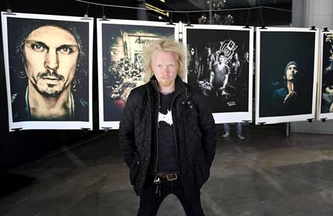 """Ville Juurikkala Helsingin taidemuseossa """"HIM: Right Here In My Eyes"""" -näyttelyssään kesällä 2017."""