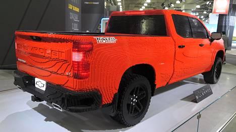 Varsinkin kauempaa katsottuna Legoista rakennettu täysikokoinen Chevrolet Silverado on aidon näköinen. Takaa löytyvät niin mallinimi kuin näyttävät pakoputkien ulostulot.