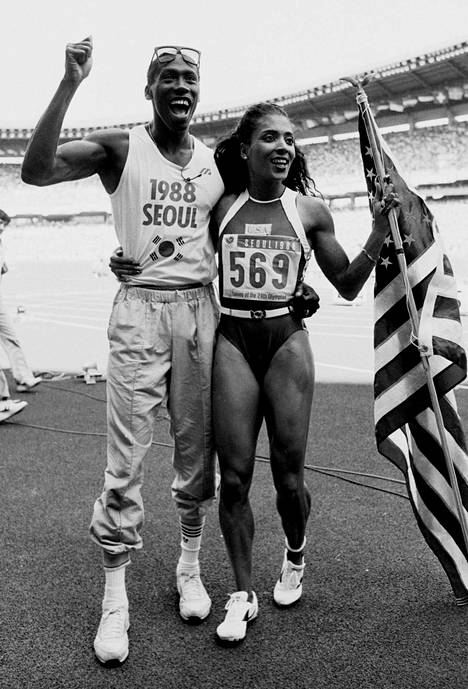 Florence Griffith-Joynerilla riitti juhlittavaa aviomiehensä Al Joynerin kanssa Soulissa 1988. Kuva on otettu voittoisan 100 metrin olympiafinaalin jälkeen.