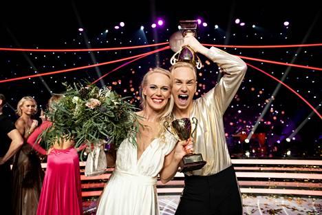Jutta Helenius ja Christoffer Strandberg juhlivat kilpailun voittoa viime syksynä.