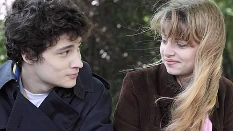 Paul (Quentin Dolmaire) ihastuu teini-iässä viileään Estheriin (Lou Roy-Lecollinet).