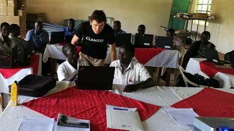 Clanedin Kalle Mäkinen kouluttaa opettajia OECD:n 21st Century Skills -taitopakettiin Kenian Ng'oswetissa tämän vuoden heinäkuussa.