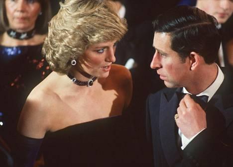 Prinssi Charlesin ja prinsessa Dianan liitto oli onneton alusta asti. Diana muisteli myöhemmin liiton olleen käytännössä ohi jo prinssi Harryn syntymän jälkeen 1984.