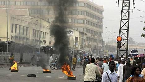 Renkaita paloi kaduilla Malissa.