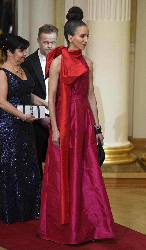 Nykytaiteilija Sasha Huber oli näyttävä ilmestys punaisessa asussaan, jonka kruunu oli oikealle olalle sidottu suuri rusetti.
