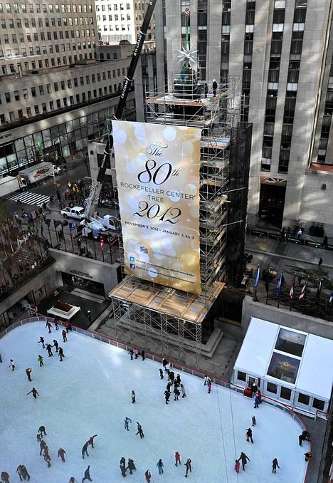 New Yorkin Rockefeller Centerin noin 24,5-metrinen joulukuusi saa kruunukseen kristalleistaan tunnetun Swarovskin lahjoittaman tähden. Siinä on arviolta 25 000 kristallia, ja tähden halkaisija on 2,9 metriä. Painoa komeudella on 249,5 kiloa.