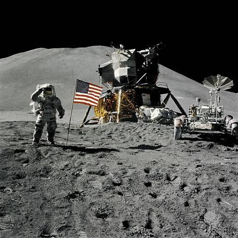 Astronautti James B. Irwin poseeraa kuun kamaralla vuonna 1971.