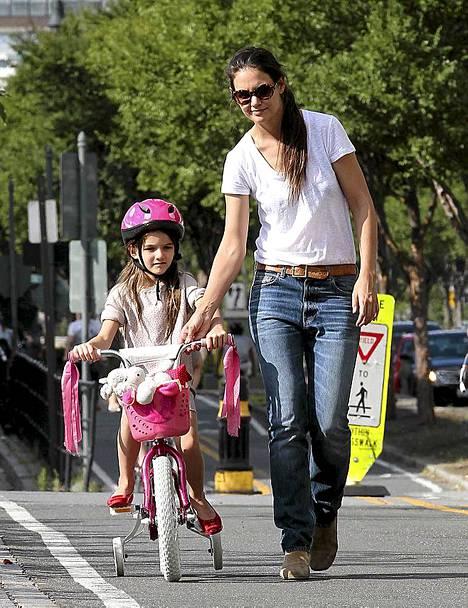 Katie Holmes auttoi tytärtään ylämäessä.