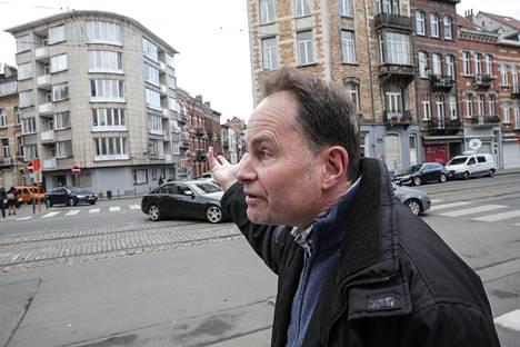 Alain Boeckx huomasi tiistaina olevansa keskellä televisiosta seuraamiaan tapahtumia. Boeckx osoittaa kädellään kohti taloa, jossa veljekset asuivat.