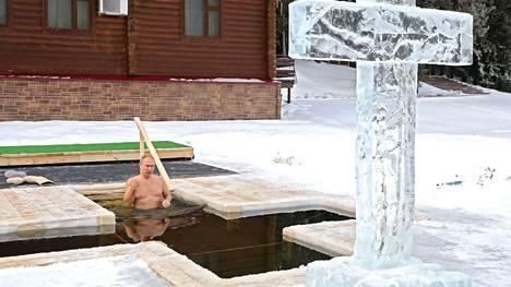 Vladimir Putin kastautui kylmään veteen.
