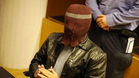 """Lukuisista lapsiin ja nuoriin kohdistuneista seksuaalirikoksista syytetty """"Enona"""" tunnettu mies kuvattiin Helsingin käräjäoikeudessa lokakuussa 2019."""
