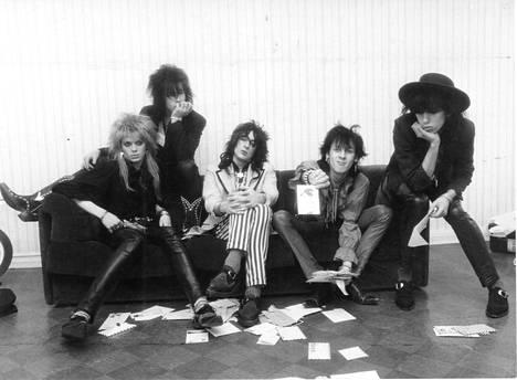Fanikirjeet lensivät, kun Hanoi Rocks valmistautui maailmankiertueeseen talvella 1983. Kuvassa Michael Monroe (vas.), Nasty Suicide, Razzle, Andy McCoy ja Sam Yaffa.