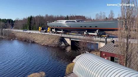 44-metrinen superjahti täytti paikallisen tien varsin tehokkaasti.