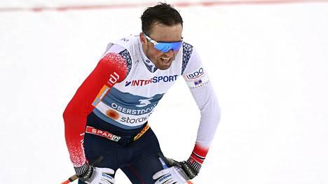 Emil Iversen nousi 50 km:n arvokisavoittajaksi Aleksandr Bolshunovin ja Johannes Hösflot Kläbon kolaroitua.