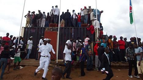 Namibian 25-vuotissyntymäpäivä ja uuden presidentin virkaanastujaiset keräsivät lauantaina useita kymmeniä tuhansia ihmisiä Olympian kaupunginosassa sijaitsevalle Independence Stadiumille. Kaikki halukkaat eivät edes mahtuneet istumaan vaan joutuivat etsimään juhlaseremonioiden seuraamiseen muun näköalapaikan.