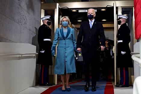 Jill ja Joe Biden kävelivät käsi kädessä presidentin virkaanastujaistilaisuuteen.