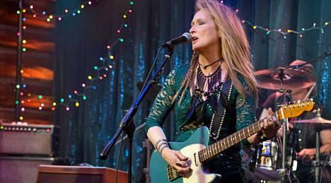 Meryl Streep eläytyy naiseksi, joka pitää kiinni rockunelmastaan vielä kypsälläkin iällä.
