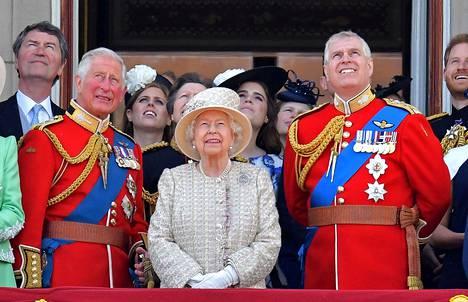 Brittilehtien mukaan kohu Andrew'n ympärillä alkaa riittää prinssi Charlesille (vas.).