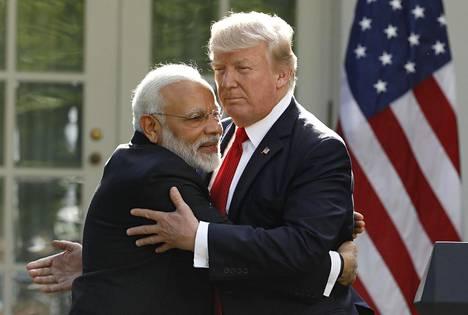 Narendra Modi ja Donald Trump halasivat yhteisen lehdistötilaisuuden aikana kesäkuussa 2017.