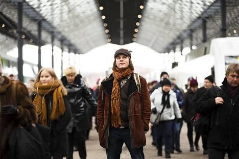 Filosofi Frank Martela (kuvassa keskellä) Helsingin rautatieasemalla.