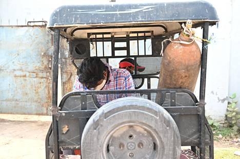 Happipullosylinteri tehtaalla Prayagrajssa Uttar Pradeshissa. Tehtaalla täytetään happipulloja, jotka kuljetetaan esimerkiksi sairaaloihin.