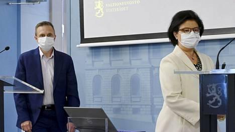 Sosiaali- ja terveysministeriön johtaja Pasi Pohjola (vas.) ja strategiajohtaja Liisa-Maria Voipio-Pulkki kertoivat torstaina ajankohtaisesta koronavirustilanteesta.