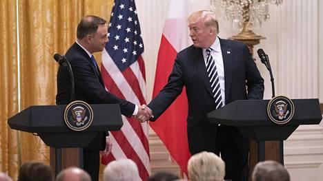 Andrzej Duda ja Donald Trump kättelivät Valkoisessa talossa 18. syyskuuta 2018.