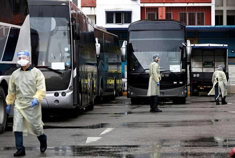 Vierastyöntekijät siirretään busseilla karanteenitiloihin, joissa heidät testataan koronaviruksen varalta.