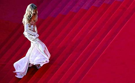 Tsekkiläinen huippumalli Petra Nemkova astelee Cannesissa kohti Behind the Candelabra -elokuvan ensi-iltaa tiistaina.