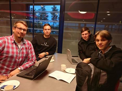 Oskari Seppälä, Joonas Ilmola, Joni Paananen ja Aarne Pohjonen lähtivät ensimmäisellä lennolla työmatkalle Tukholmaan.