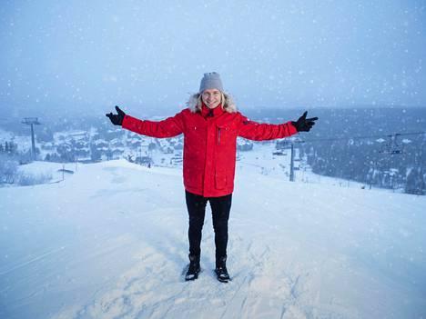 Ohjelman juontaja Sami Kuronen esittelee Levin lumisia maisemia.